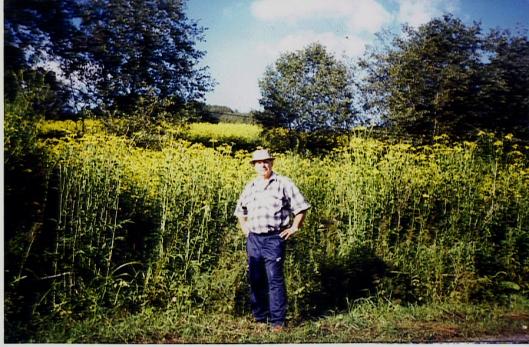 Іван Крохмаль на фоні скороденських зарослих полів, 2004 рік