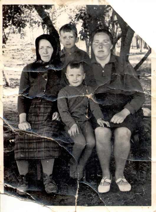 Родина Івана Васильовича Лисиганича, дочка Єва, внучка Ярослава, правнуки Володимир і Роман.